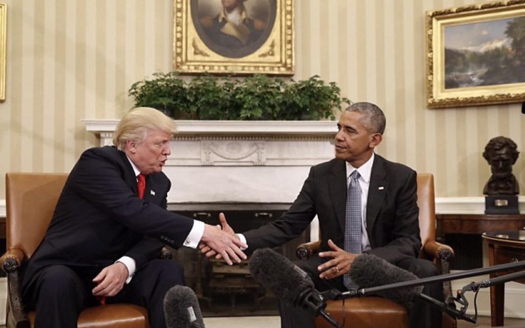 Linguaggio del corpo stretta di mano fra Trump e Obama